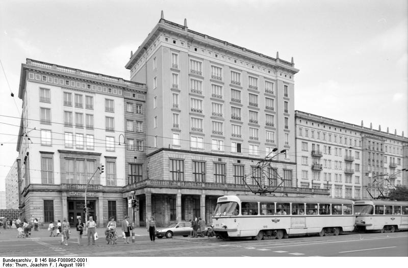 Restaurant Stadt Prag an der Ernst-Reuter-Allee in Magdeburg (c) Bundesarchiv, Bild B 145 Bild-F088962-0001 / Fotograf: Joachim F. Thurn