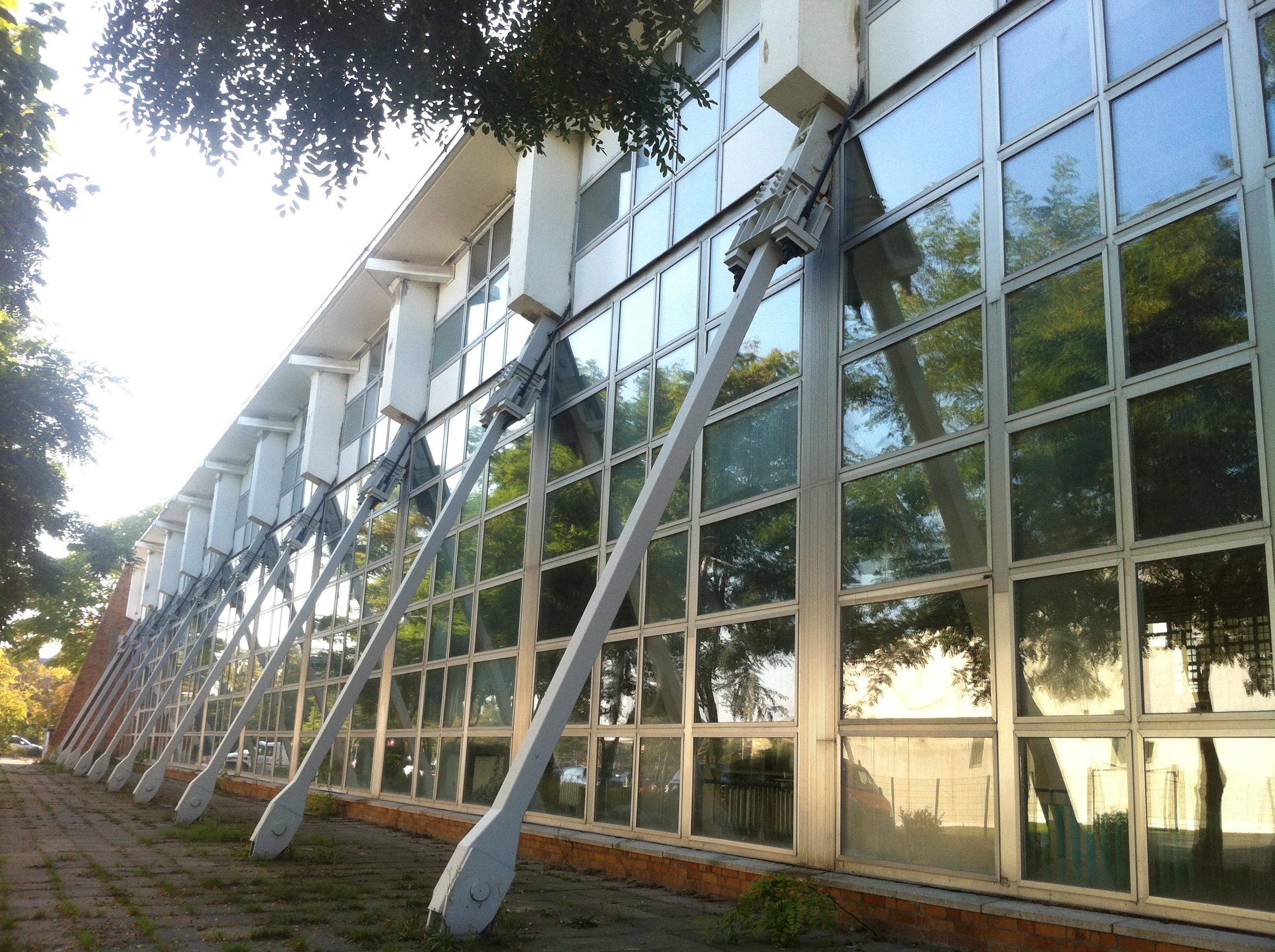 Schwimmhalle mit Stahlseilkonstruktion (c) Anna Stecher - Kooperative Berlin