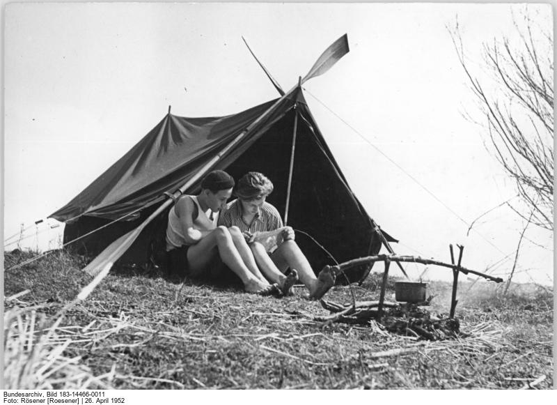 Der Schlosserlehrling Günther Eidge und sein Freund, der Schriftsetzlehrling Ullrich Rogge probieren ein HO Zelt aus © Bundesarchiv, Bild 183-14466-0011 / Fotograf Rösener (1952)