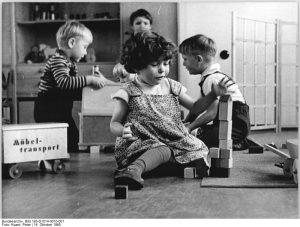 Kindergarten in Grimmen-Rostock, Kinder beim Spielen. (c) Bundesarchiv, Bild 183-D1014-0010-001 / Fotograf Peter Koard (1965)