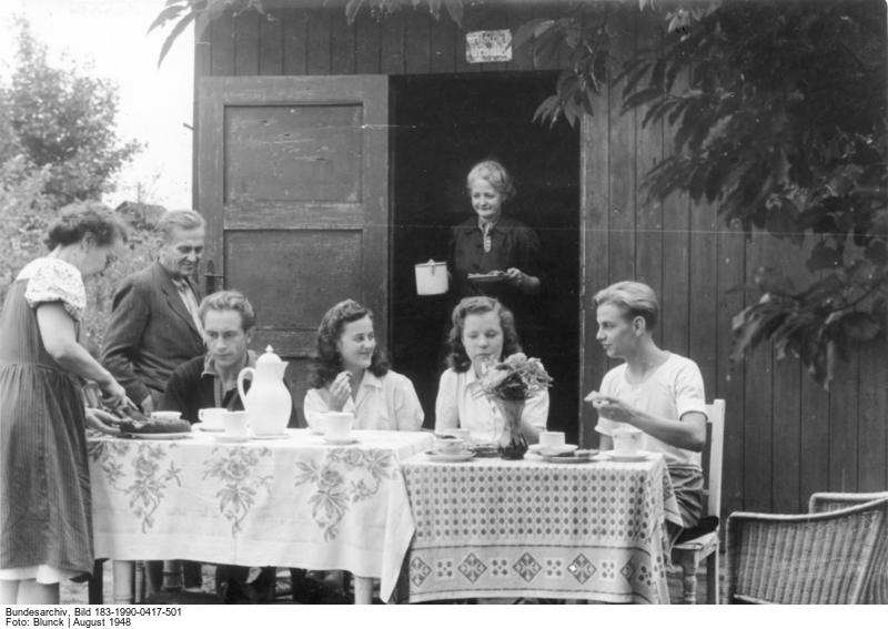 Erntezeit im Schrebergarten (1948) (c) Bundesarchiv Bild-183-1990-0417-501 / Fotograf: Blunck