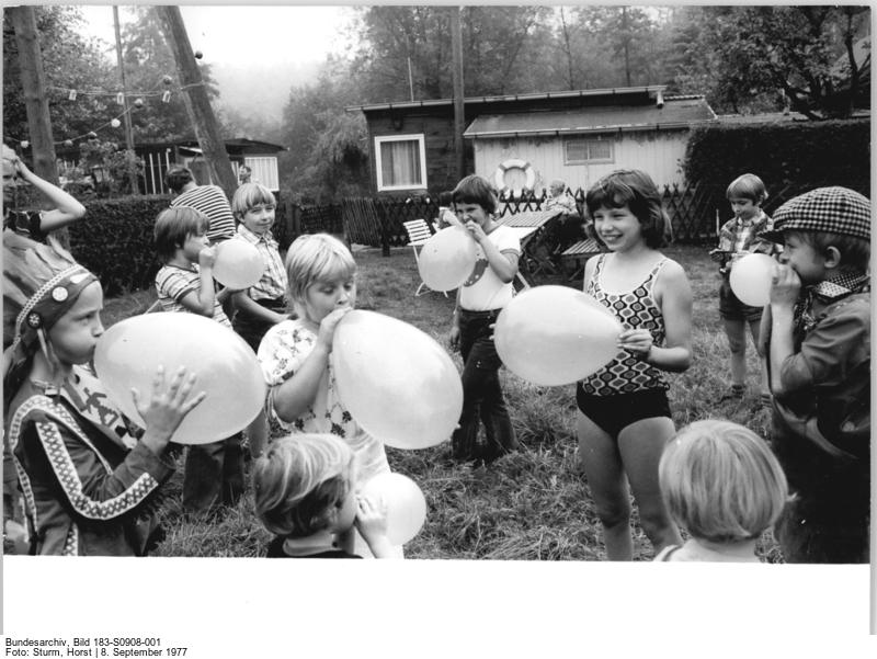 """Sommerfest in der Wochenendanlage """"Am Bauersee"""" in Berlin-Müggelheim (1977) (c) Bundesarchiv Bild-183-S0908-001 / Fotograf: Sturm"""
