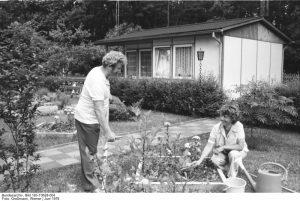 Erholung und Entspannung bei der Gartenarbeit in Cottbus (1978) (c) Bundesarchiv Bild-183-T0628-004 / Fotograf: Großmann