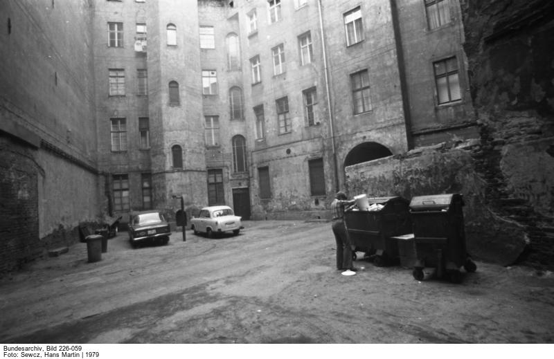 Hinterhof in Berlin-Mitte (1979) (c) Bundesarchiv Bild-226-059-1 / Fotograf Hans Martin Sewcz