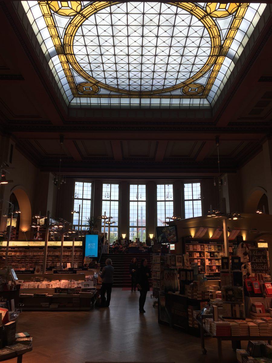 Die ehemalige Mitropa Gaststätte, nun eine Buchhandlung (c) Marie Dewitz - KOOPERATIVE BERLIN